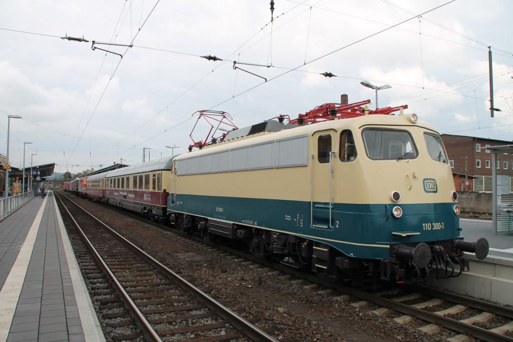 Die vor wenigen Tagen lackierte 110 300 steht, noch ohne DB-Keks, im Bahnhof Bebra zur Ausstellung, aufgenommen am Bahnhofsfest am 26.09.2015.