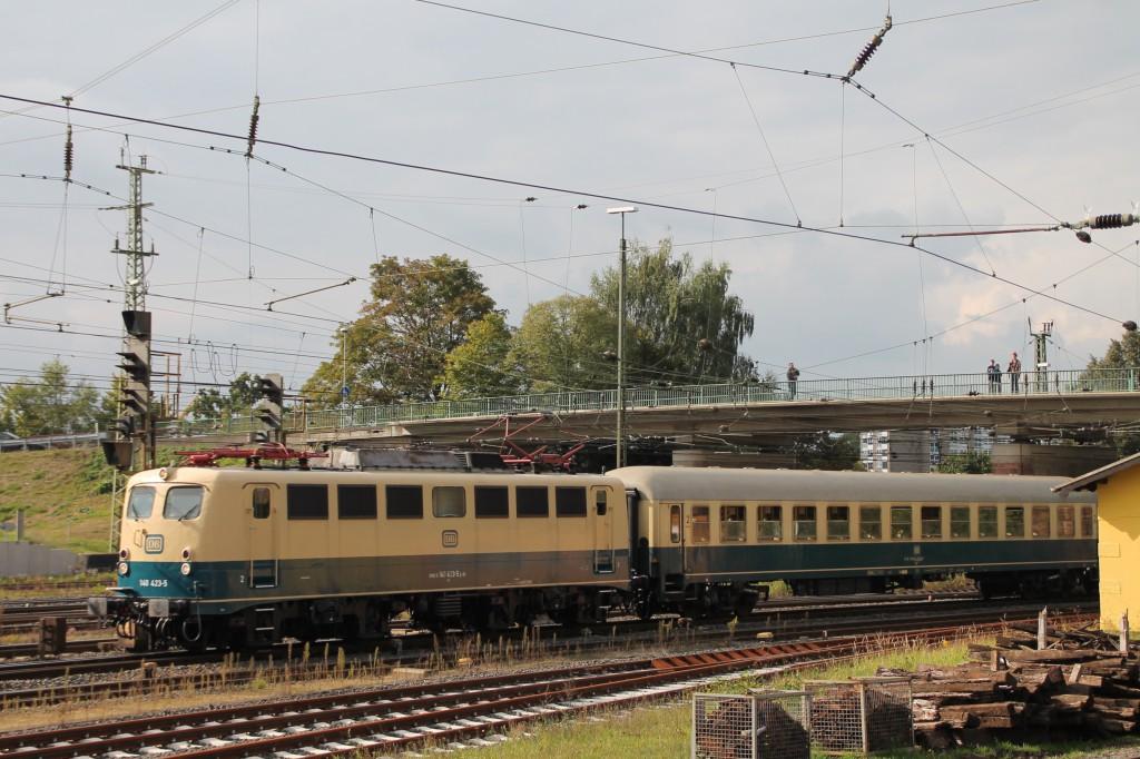 140 423 zieht ihren Sonderzug am 26.09.2015 durch den Bahnhof Bebra.