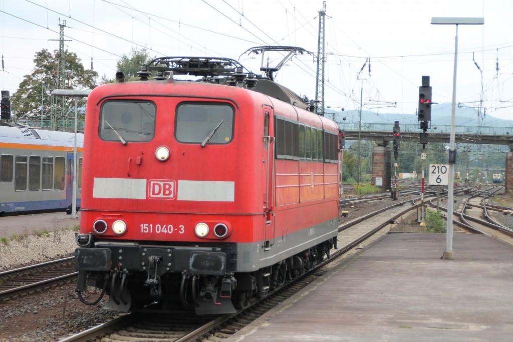 Zum Bahnhofsfest am 26.09.2015 rangiert 151 040 durch den Bahnhof Bebra.
