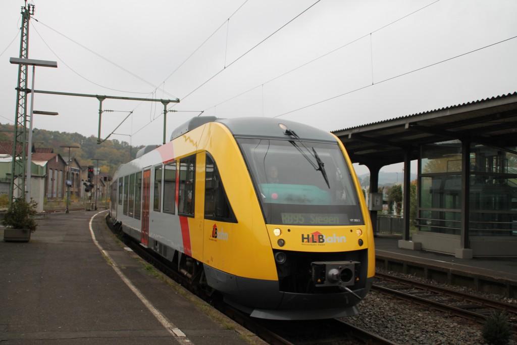 Ein LINT der HLB fährt in den Bahnhof Betzdorf ein, aufgenommen am 25.10.2015.