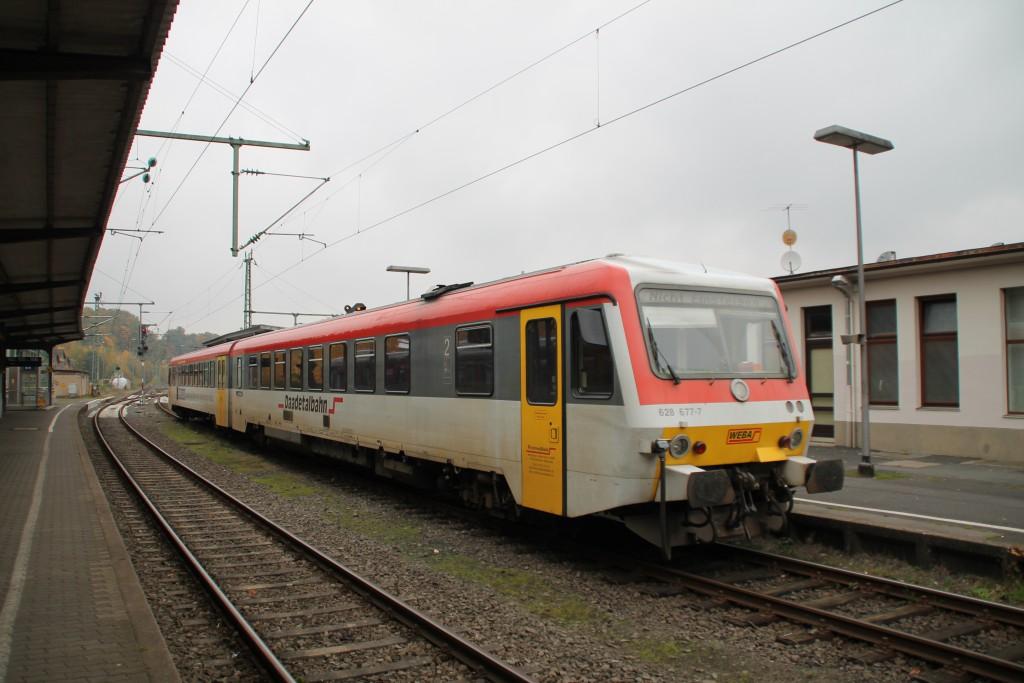 628 677 steht abgestellt am Bahnstein in betzdorf von wo aus er später nach Dillenburg fahren wird, aufgenommen am 25.10.2015.