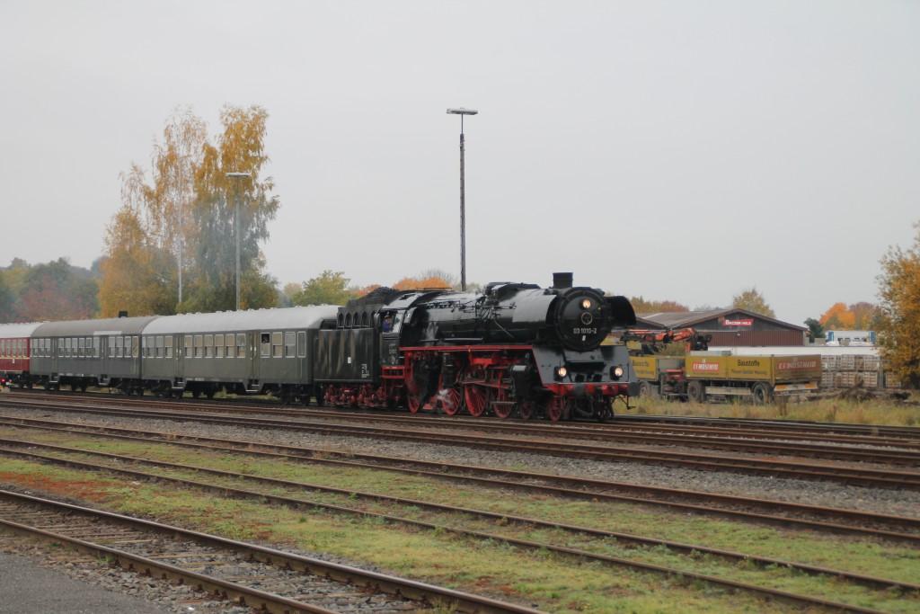 03 1010 fährt mit ihrem Sonderzug in den Bahnhof Frankenberg (Eder) ein, aufgenommen am 24.10.2015.