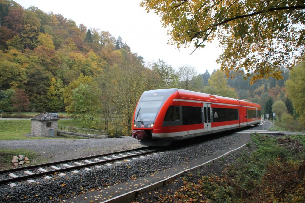 Durch die Wälder bei Herzhausen fährt ein GTW der Kurhessenbahn am 24.10.2015.