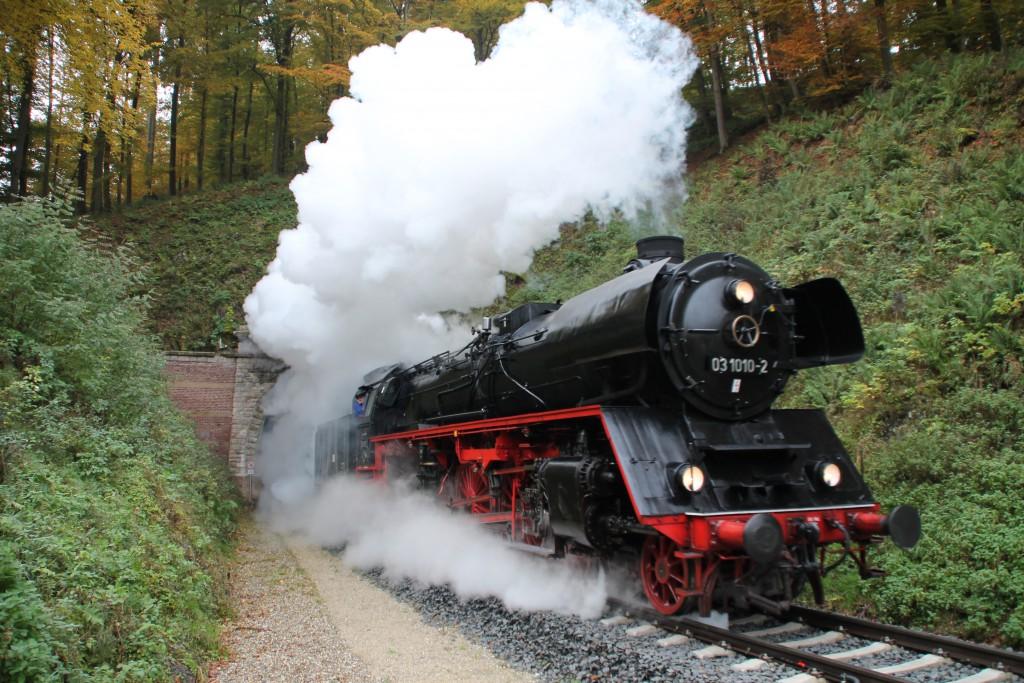 03 1010 verlässt den großen Ittertunnel in Richtung Korbach, aufgenommen am 24.10.2015.