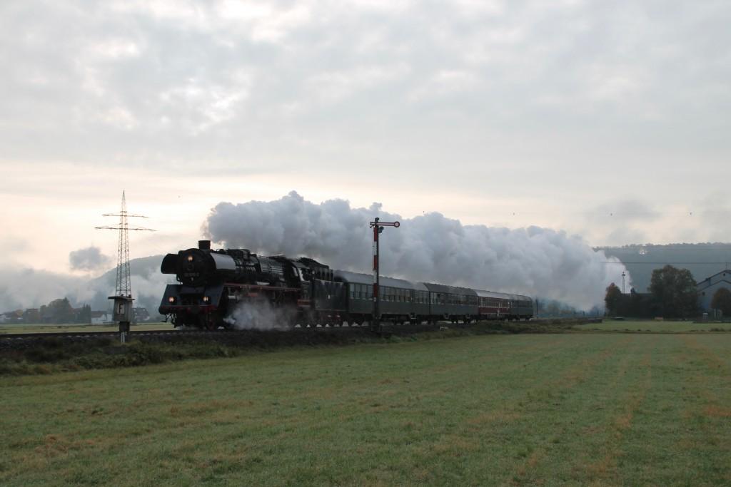 03 1010 passiert soeben das Einfahrsignal von Sarnau auf der Burgwaldbahn, aufgenommen am 24.10.2015.