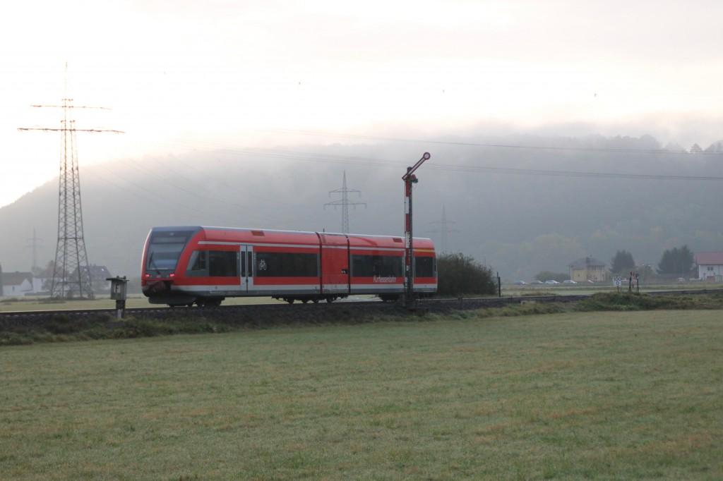 Ein GTW der Kurhessenbahn passiert das Einfahrsignal von Sarnau auf der Burgwaldbahn, aufgenommen am 24.10.2015.