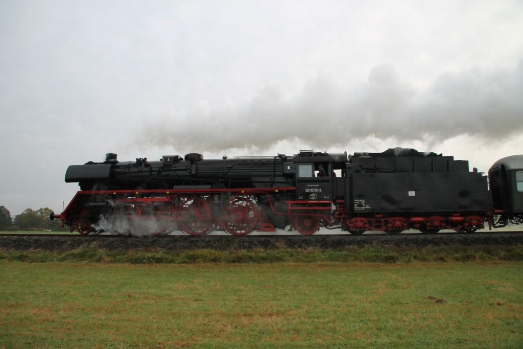 03 1010 in den Feldern bei Sarnau auf der Burgwaldbahn, aufgenommen am 25.10.2015.