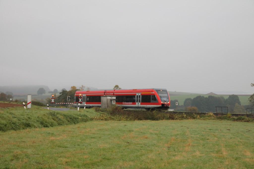 Ein GTW der Kurhessenbahn überquert einen Bahnübergang bei Sarnau, aufgenommen am 14.10.2015.