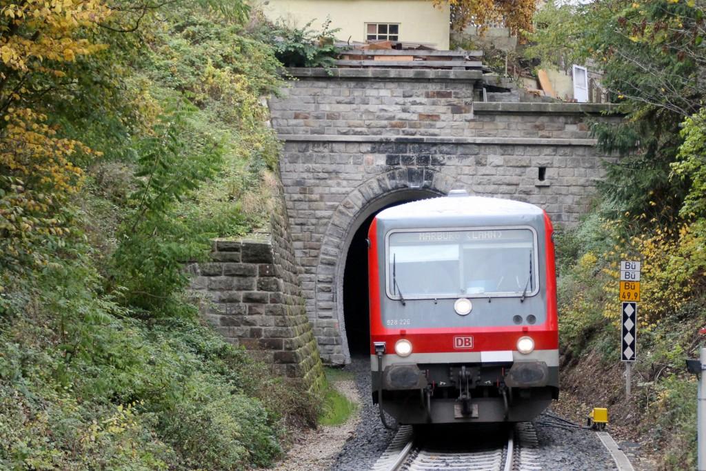628 226 verlässt den kleinen Ittertunnel auf der Burgwaldbahn bei Thalitter, aufgenommen am 24.10.2015.