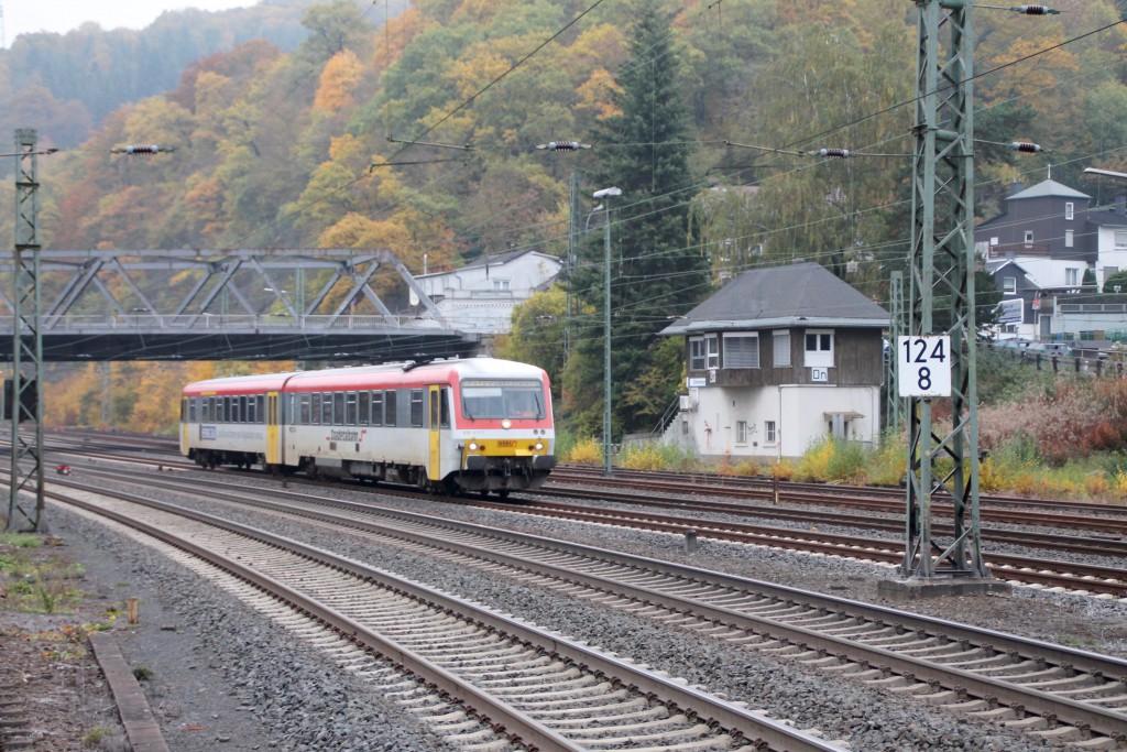 628 677 der Westerwaldbahn fährt in den Bahnhof Dillenburg ein, aufgenommen am 25.10.2015.