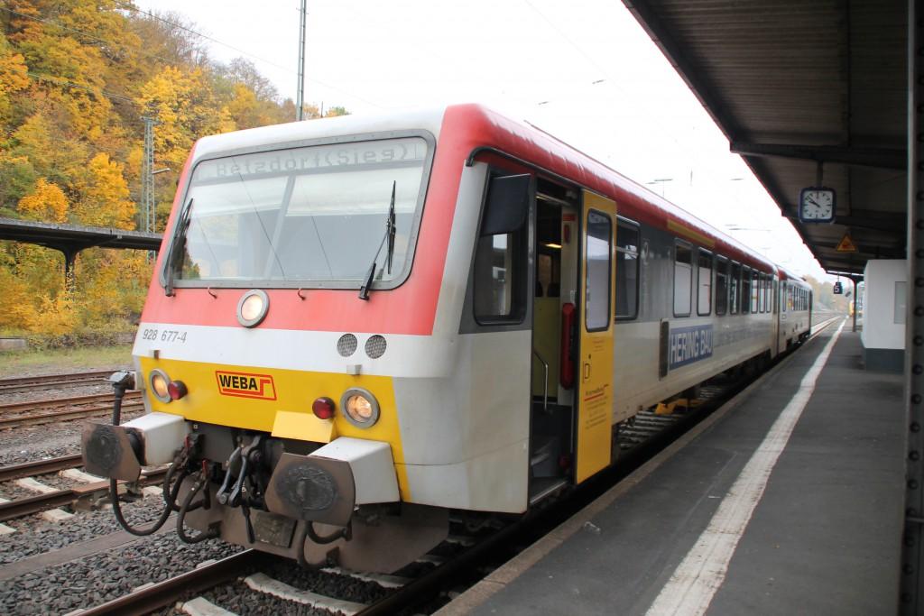 Am Bahnsteig in Dillenburg steht 628 677 der Westerwaldbahn zur Abfahrt nach Betzdorf bereit, aufgenommen am 25.10.2015.