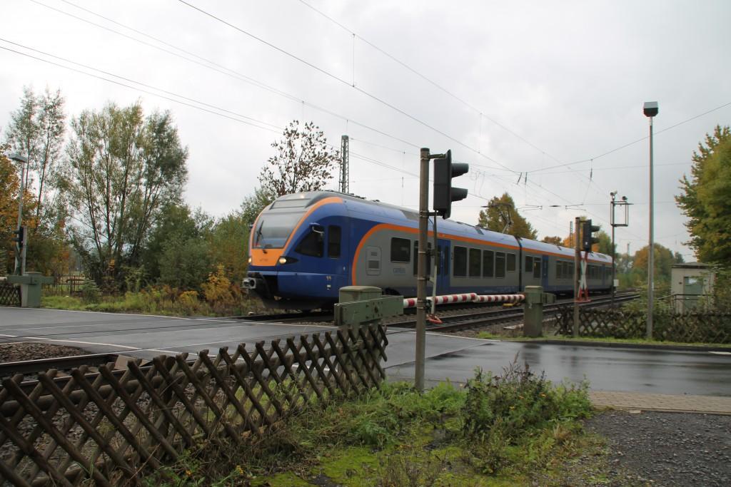 427 001 der CANTUS überquert einen Bahnübergang bei Eschwege-West, aufgenommen am 17.10.2015.