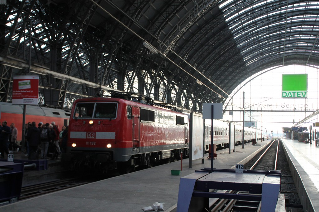 111 188 kam am 04.10.2015 mit ihrem Zug aus n-Wagen im Frankfurter Hauptbahnhof an.