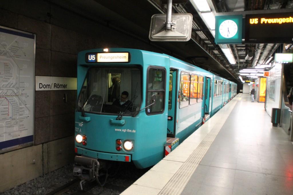 Ein Pbt Wagen der VGF kam als U5 in die Station Dom/Römer, aufgenommen am 04.10.2015.