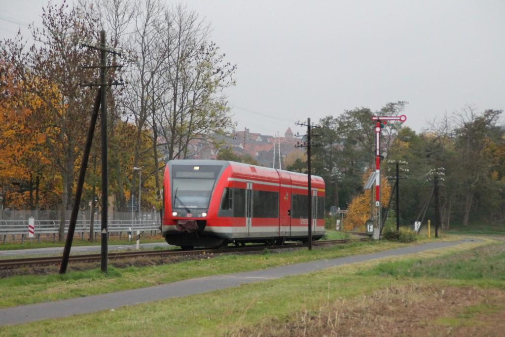 646 208 verlässt den Bahnhof Fritzlar in Richtung Wabern, aufgenommen am 24.10.2015.