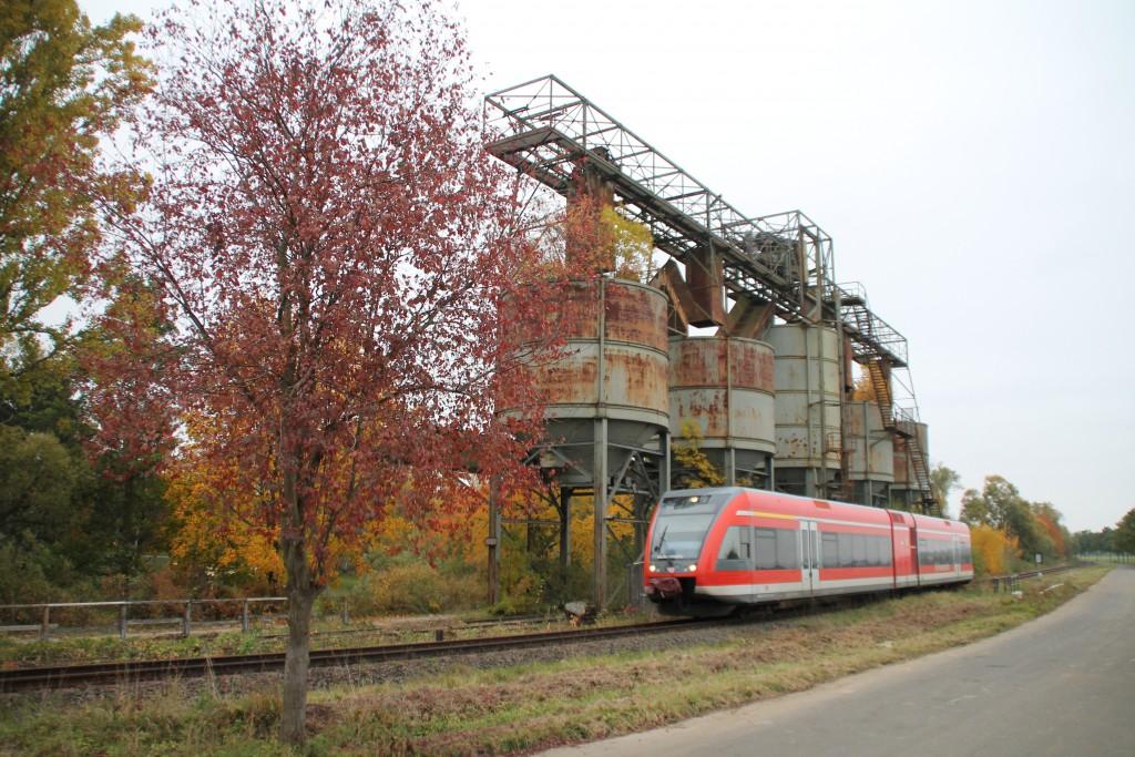 Ein GTW der Kurhessenbahn passiert eine alte Verladestation bei Fritzlar, aufgenommen am 24.10.2015.