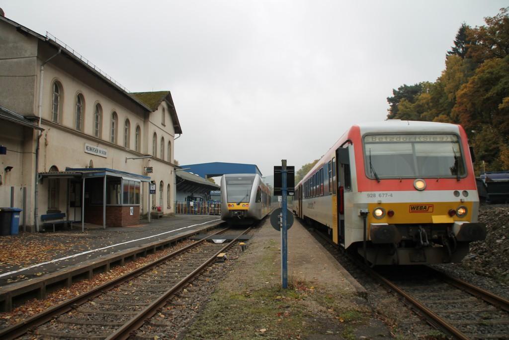 Zugkreuzung in Neunkirchen auf der Hellertalbahn, 628 677 begegnet einem GTW, aufgenommen am 25.10.2015.