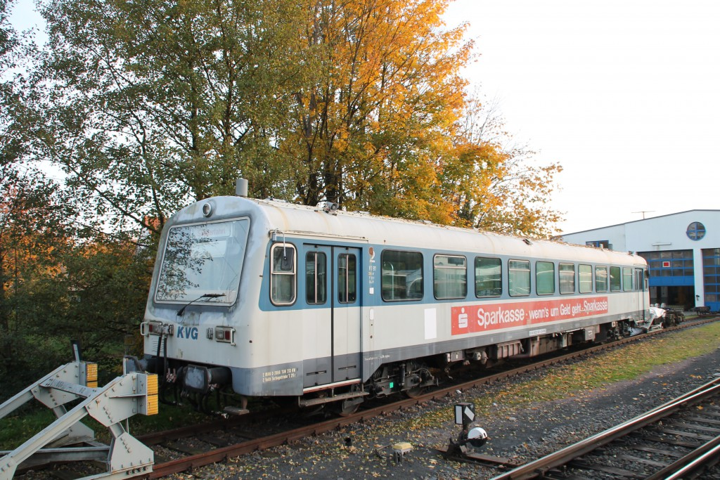 Im Bahnhof Schöllkrippen der Kahlgrundbahn steht 626 981 der KVB und wartet auf neue Aufgaben, aufgenommen am 31.10.2015.