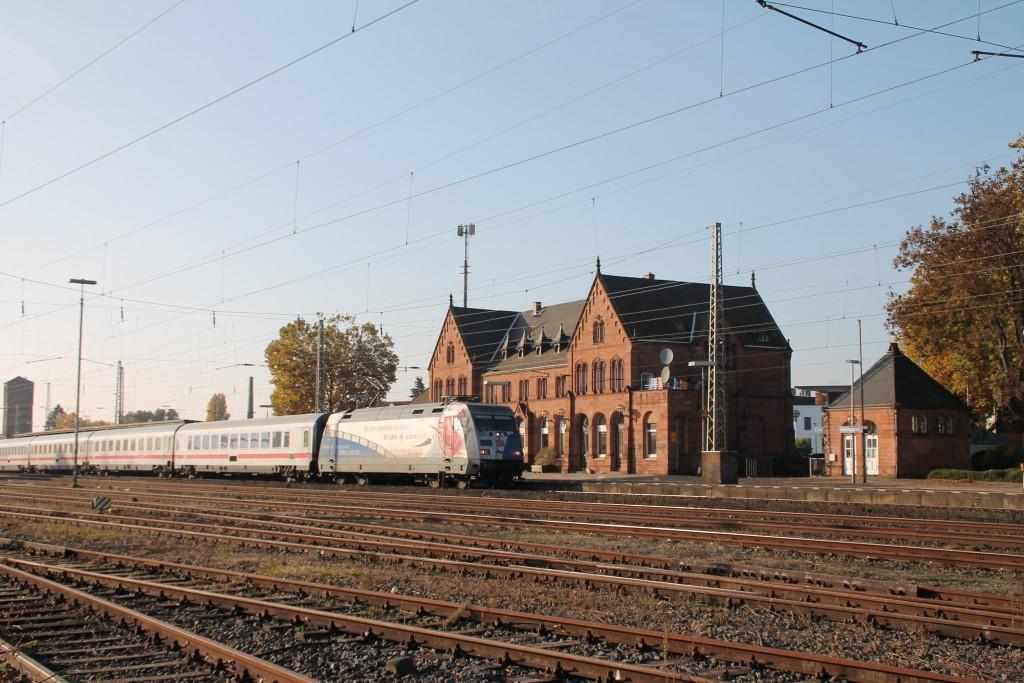 Die Werbelok 101 060 zieht ihren IC durch den Bahnhof Gelnhausen auf der Kinzigtalbahn, aufgenommen am 31.10.2015.