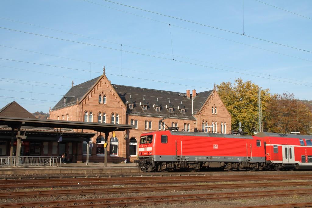 114 113 verlässt mit ihrer Regionalbahn aus Doppelstockwagen den Bahnhof Gelnhausen, aufgenommen am 31.10.2015.