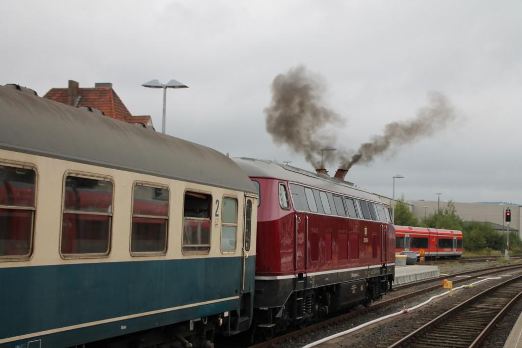 Mit einem V in der Luft startet 215 001 am 13.09.2015 im Bahnhof Korbach.