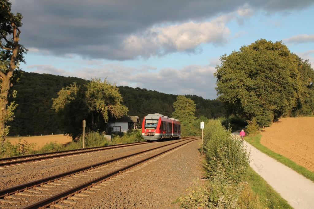 648 206 passiert hinter Aumenau eine Hütte neben der Lahntalbahn, aufgenommen am 27.09.2015.