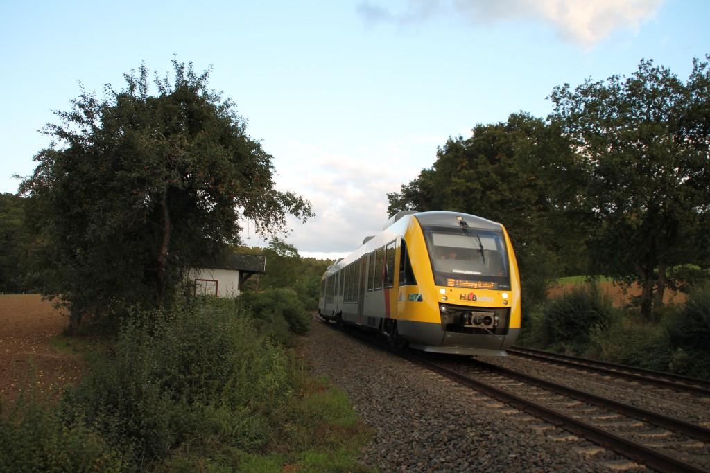 Unweit nach Aumenau steht eine Hütte neben der Lahntalbahn, diese passiert am 27.09.2015 ein LINT der HLB.