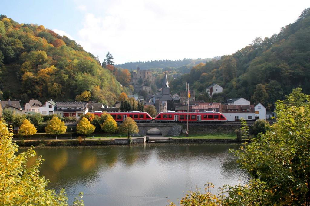 Zwei LINT 27 durchqueren die bekannte Kulisse von Balduinstein auf der Lahntalbahn, aufgenommen am 10.10.2015.