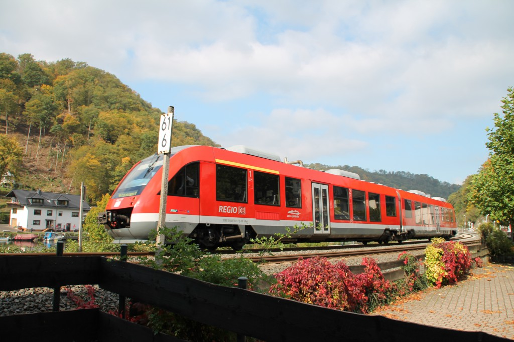 Durch das herbstliche Balduinstein fuhr 648 207 als Regionalexpress nach Koblenz, aufgenommen am 10.10.2015 auf der Lahntalbahn.