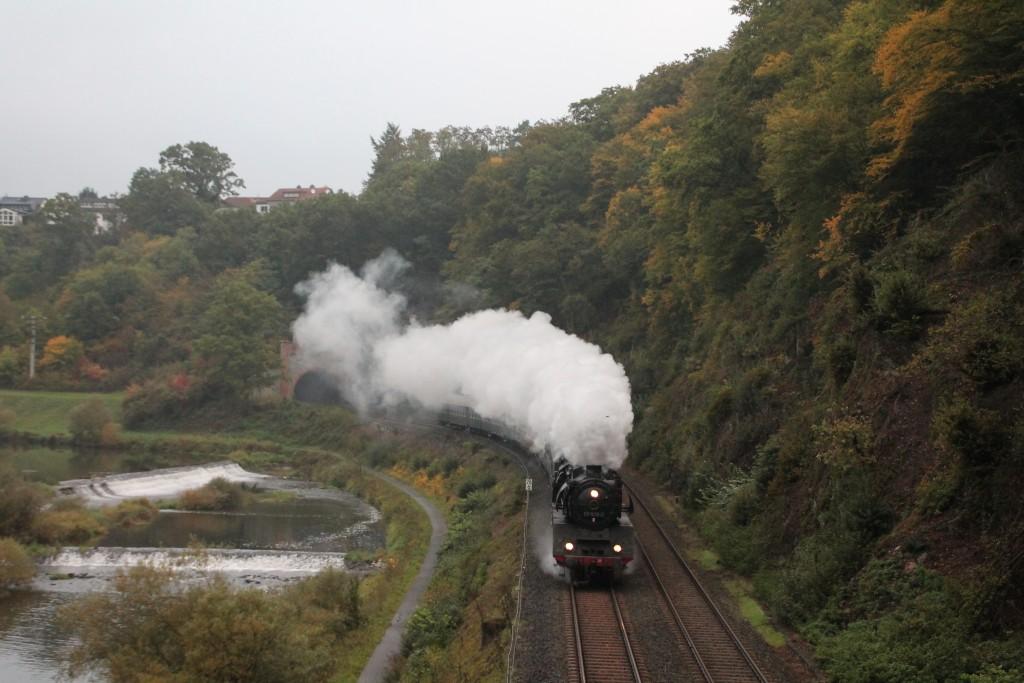 Am frühen Morgen des 10.10.2015 bleib der Dampf der 03 1010 noch hinter dem Kischhofener Tunnel, auf der Lahntalbahn in der Luft stehen, hier fuhr sie mit ihrem Sonderzug der Eisenbahnfreunde Treysa in Richtung Koblenz.