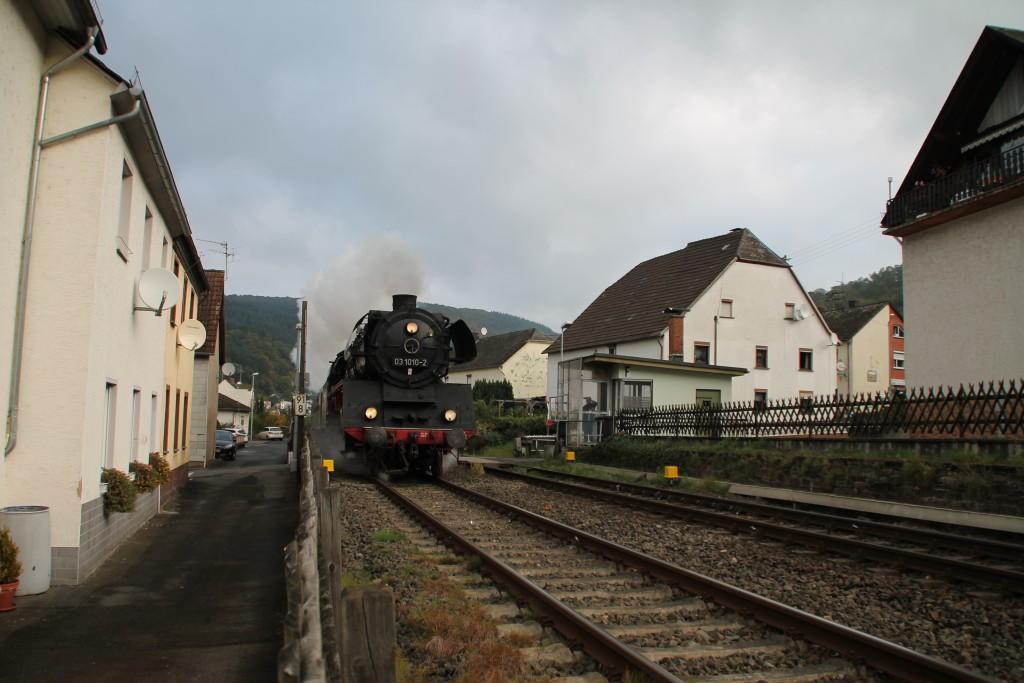 Begegnung älterer Technik, Dampflok trifft Schrankenposten, hier in Miellen ist 03 1010, mit den Eisenbahnfreunden Treysa,  auf der Lahntalbahn in Richtung Koblenz unterwegs.