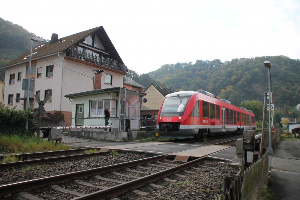 Am 10.10.2015 passiert 648 203 den Schrankenposten in Miellen auf der Lahntalbahn.