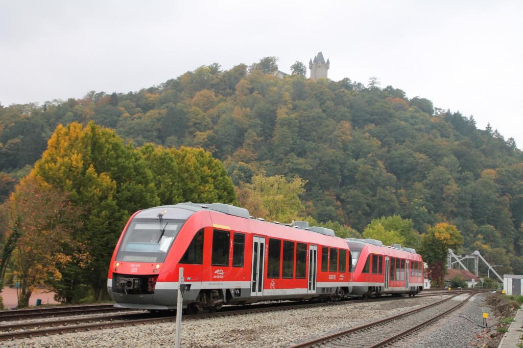 Unterhalb der Burg Nassau fahren zwei LINT 27 der DB als Regionalbahn in den gleichnamigen Bahnhof auf der Lahntalbahn ein, aufgenommen am 10.10.2015.