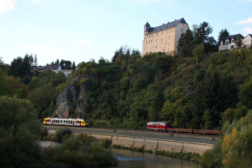 Begegnung in der großen Kurve in Runkel auf der Lahntalbahn zwischen einem LINT der HLB und 215 086 und ihrem Güterzug, aufgenommen am 27.09.2015.