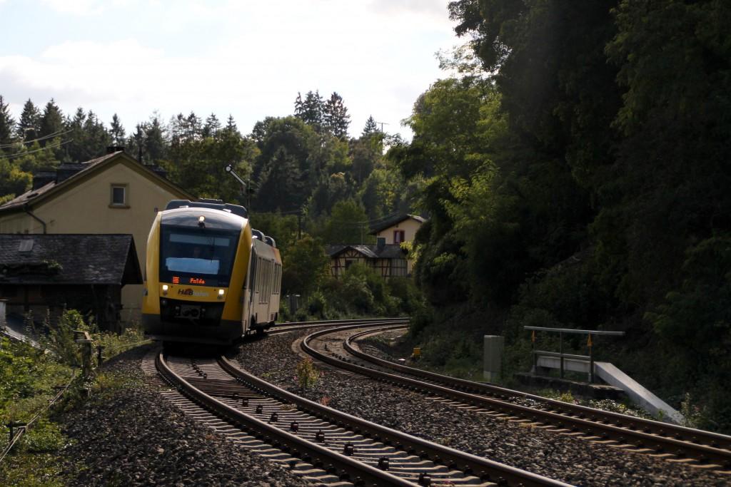 Ein LINT der HLB passierte soeben das Einfahrsignal von Villmar, aufgenommen am 27.09.2015.