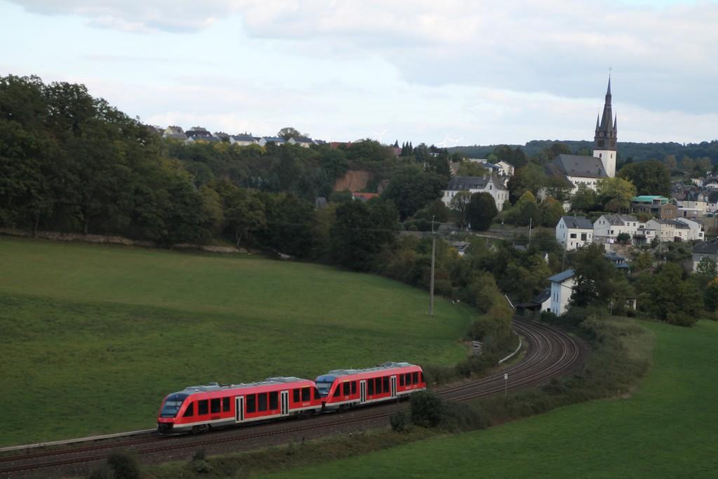 Zwei LINT 27 der DB verlassen Villmar als Regionalexpress in Richtung Koblenz, aufgenommen am 27.09.2015.