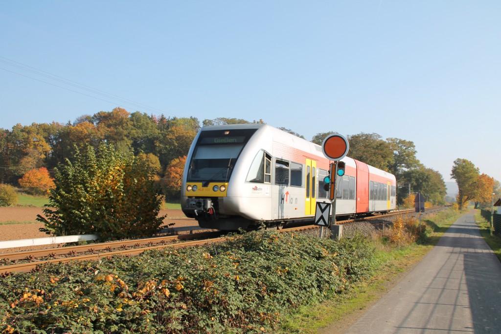 Ein GTW der HLB passiert das Einfahr-Vorsignal von Büdingen auf der Lahn-Kinzig-Bahn am 31.10.2015.