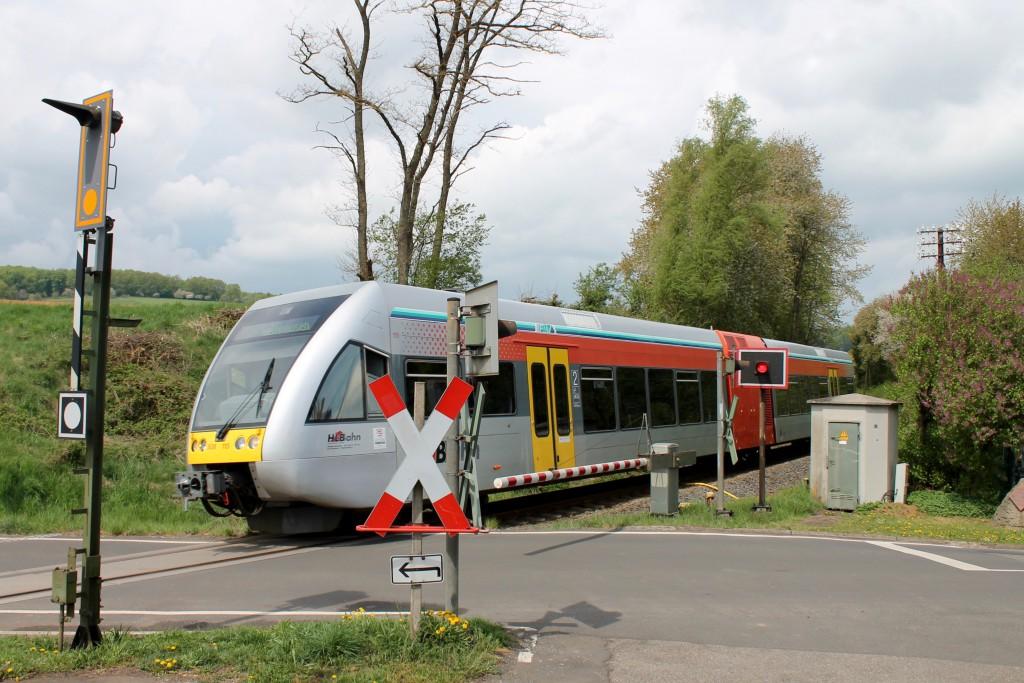Ein GTW der HLB überquert den Bahnübergang in Effolderbach auf der Lahn-Kinzig-Bahn, aufgenommen am 26.04.2015.