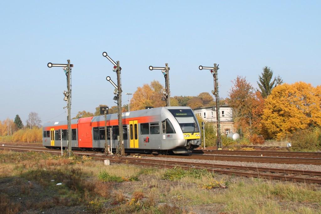 Ein GTW der HLB verlässt den Bahnhof Hungen, aufgenommen am 31.10.2015.