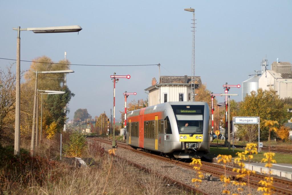 Ein GTW der HLB fährt am 31.10.2015 in den Bahnhof Hunger der Lahn-Kinzig-Bahn ein.