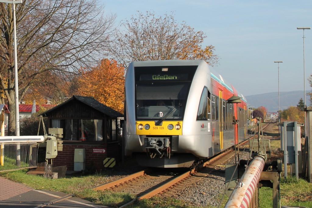 Ein GTW der HLB am Schrankenposten in Gründau-Lieblos, aufgenommen am 31.10.2015.