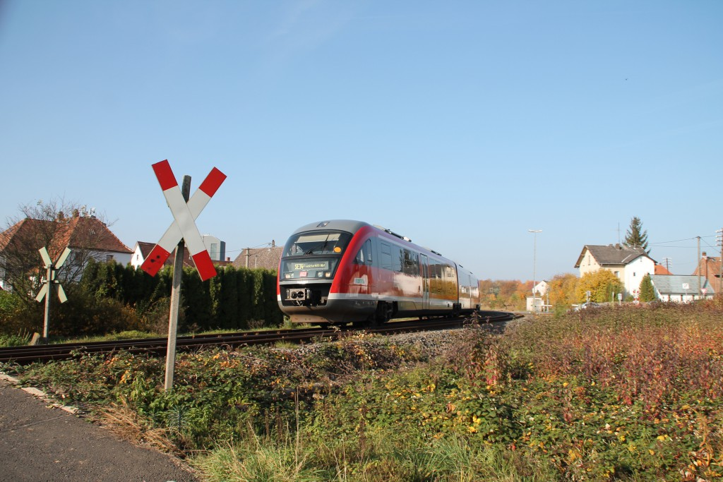 Ein Desiro der DB ist kurz vor einem unbeschrankten Bahnübergang in Glauburg-Stockheim, aufgenommen am 31.10.2015.