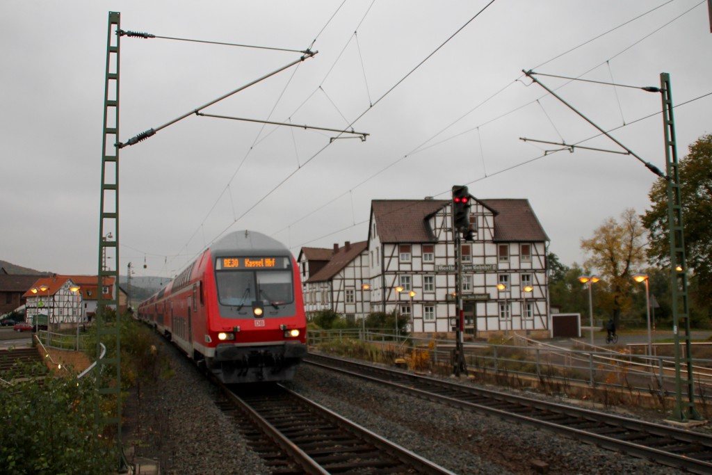 Ein Doppelstock-Steuerwagen durchquert als RegionalExpress den Bahnhof Gensungen-Felsberg auf der Main-Weser-Bahn, aufgenommen am 24.10.2015.