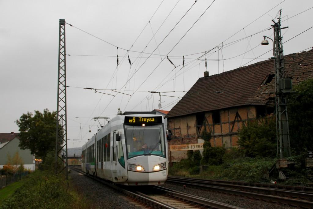 Eine RegioTram verlässt Gensungen-Felsberg auf der Main-Weser-Bahn in Richtung Treysa, aufgenommen am 24.10.2015.