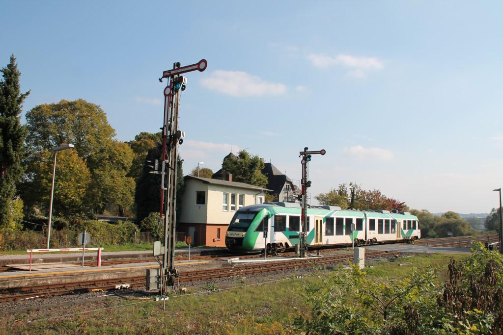 Ein LINT der VECTUS fuhr am 10.10.2015 in den Bahnhof Staffel der Obvrwesterwaldbahn ein.