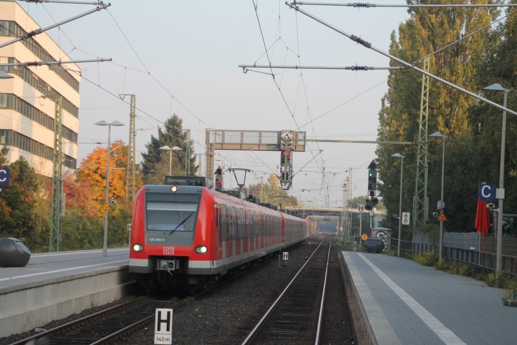 423 394 fährt als S5 in den Bahnhof Frankfurt-Rödelheim ein, aufgenommen am 13.10.2015.