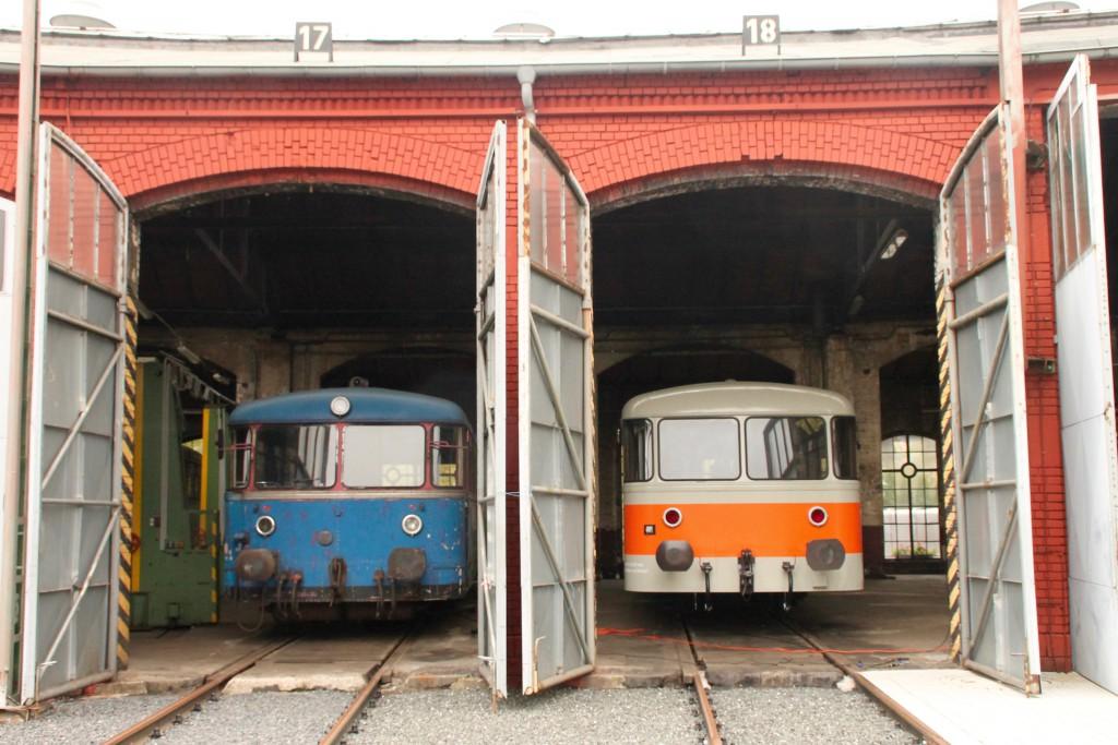 Aus dem Lokschuppen in Siegen schauen 798 723 und 998 115 heraus, aufgenommen am 25.10.2015.