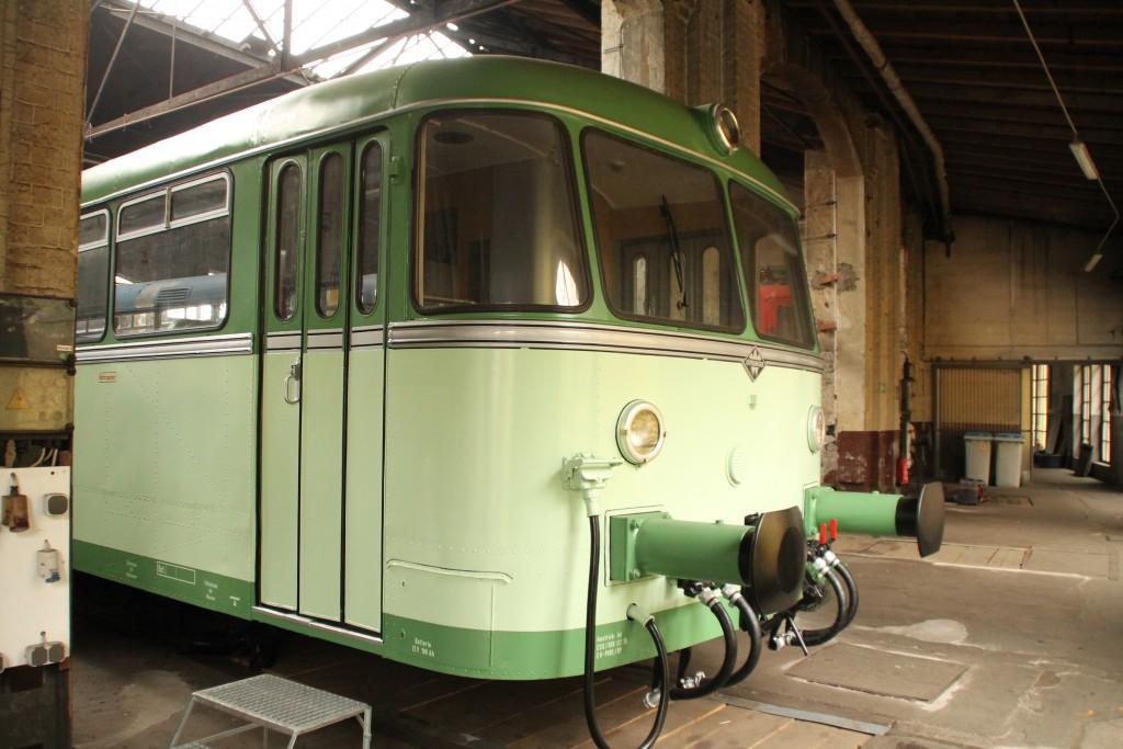 Am 25.10.2015 schaut im Lokschuppen in Siegen ein grün lacierter Schienenbus der Baureihe 798 hervor.
