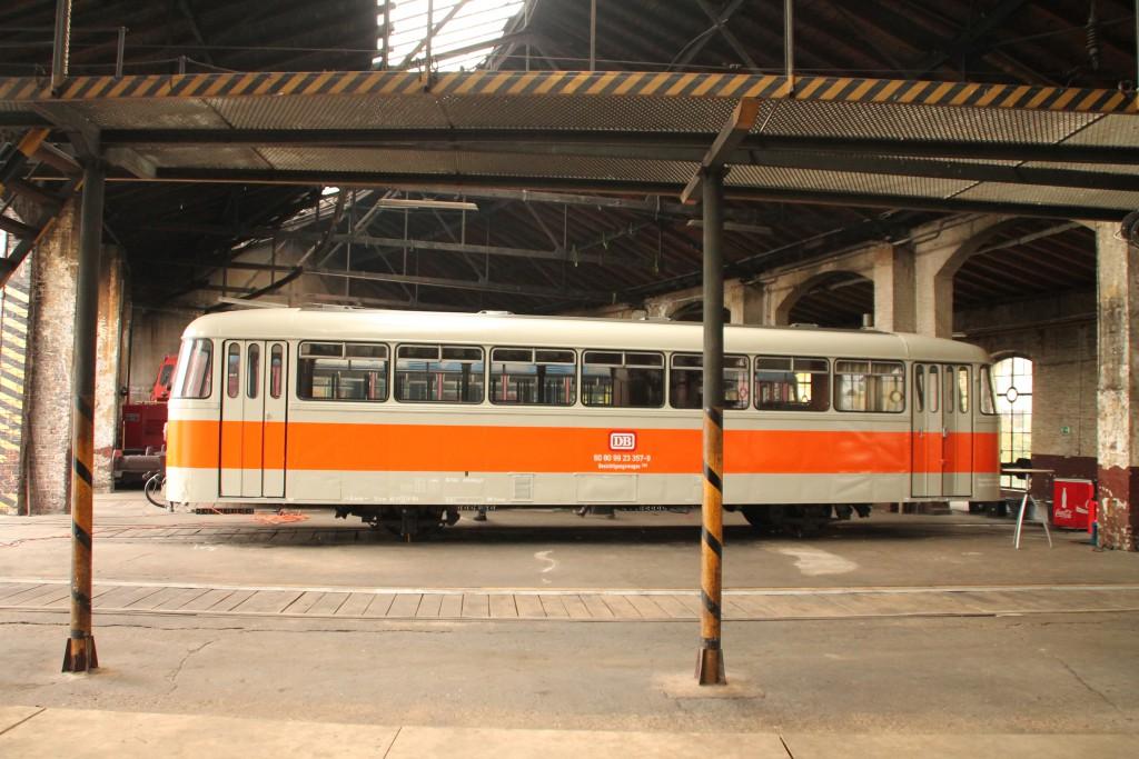 Der als Besichtigungswagen beschriftete 998 115 steht am 25.10.2015 im Lokschuppen in Siegen.