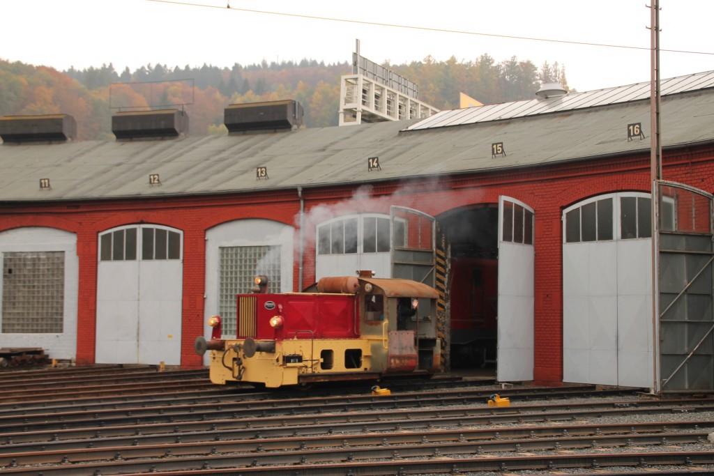 Aus dem Lokschuppen in Siegen kommt am 25.10.2015 eine Köf II heraus.